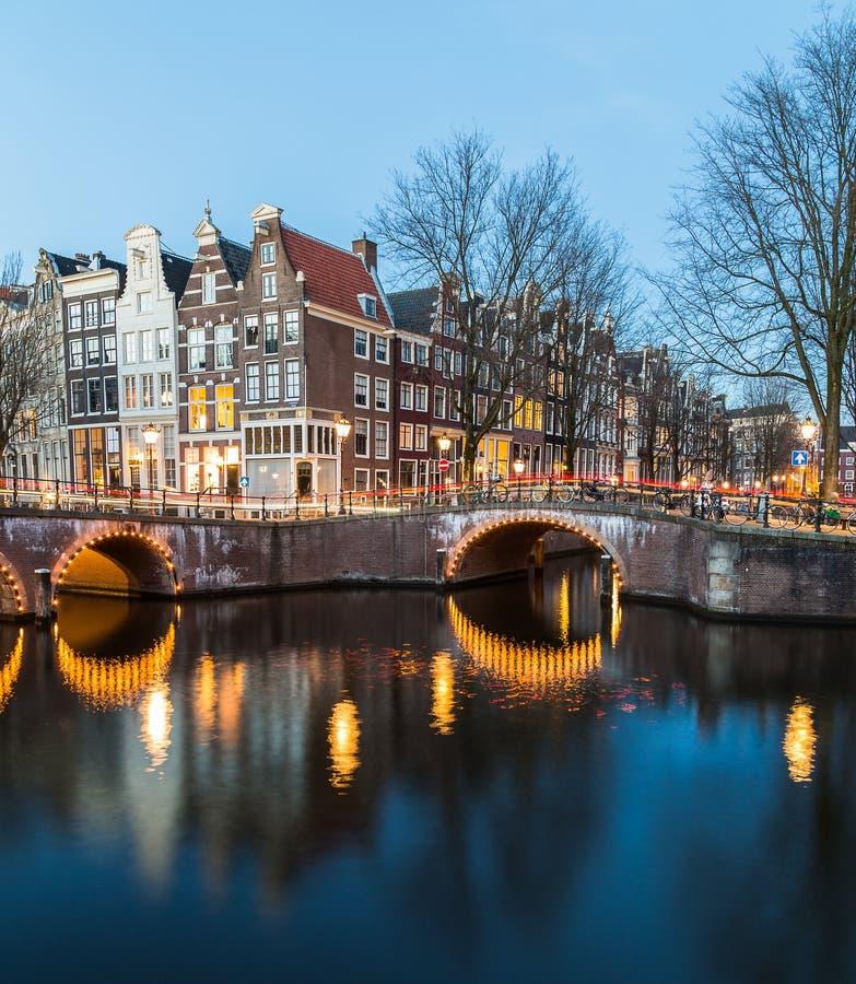 Pontes intersectio nos canais de Leidsegracht e de Keizersgracht fotografia de stock royalty free