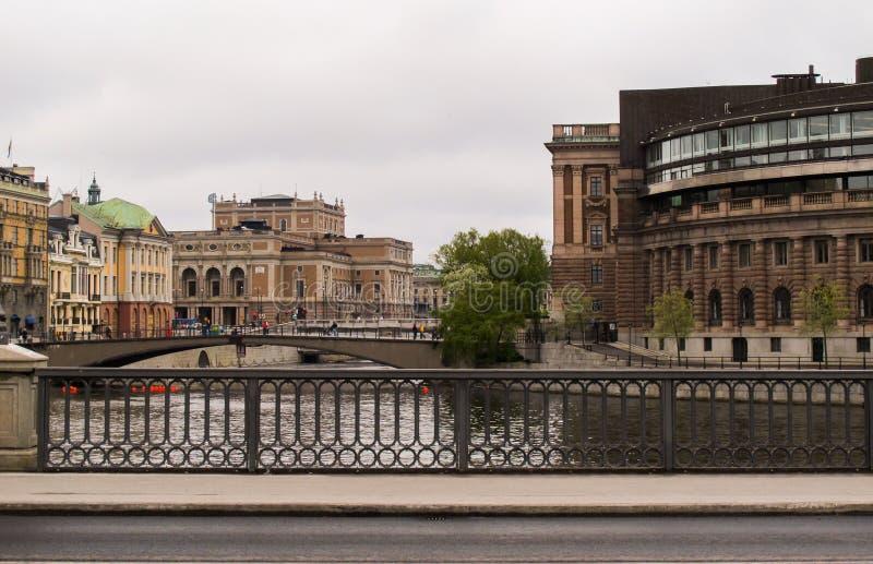 Pontes no centro de Éstocolmo Gamla Stan e casa do parlamento foto de stock royalty free