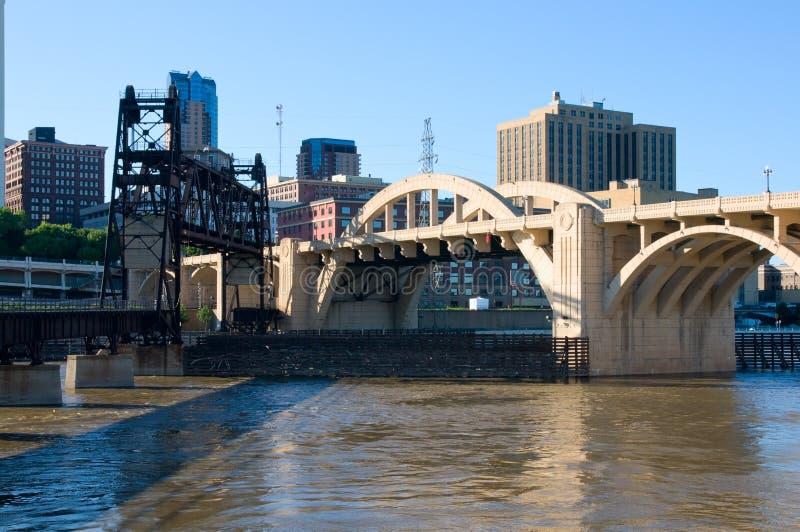 Pontes que medem o rio Mississípi em Saint Paul fotos de stock royalty free
