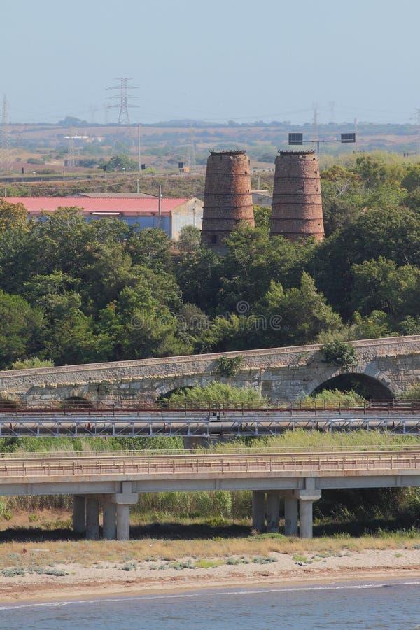 Pontes romanas do automóvel, as railway e as antigas no subúrbio da cidade Porto Torres, Itália fotos de stock