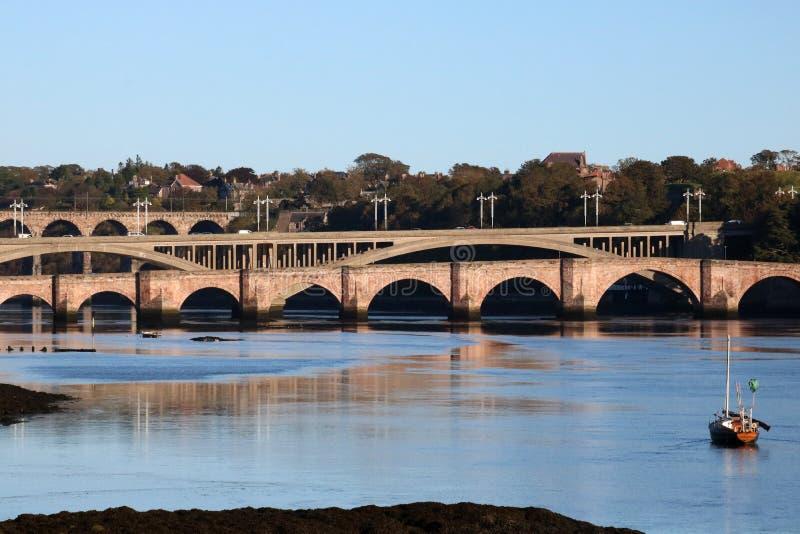 Pontes sobre a mistura de lã do rio, Berwick, Northumberland imagens de stock
