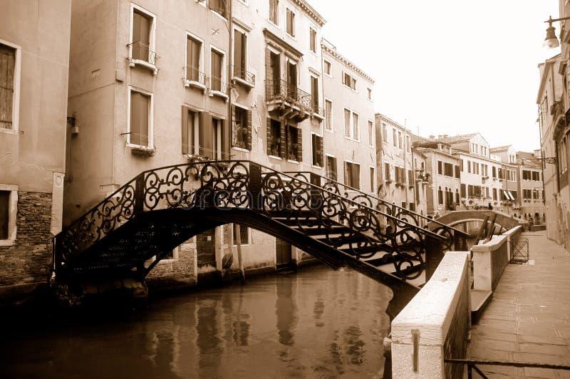 Pontes sobre o canal em Veneza fotografia de stock royalty free