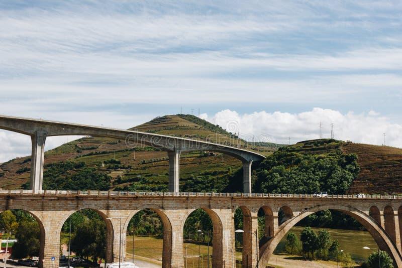 Pontes sobre o rio de Douro no peso a Dinamarca Regua em Portugal fotografia de stock