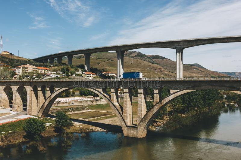Pontes sobre o rio de Douro no peso a Dinamarca Regua em Portugal fotografia de stock royalty free