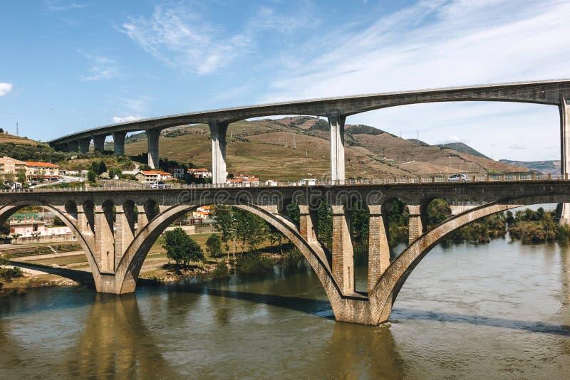 Pontes sobre o rio de Douro no peso a Dinamarca Regua em Portugal imagem de stock