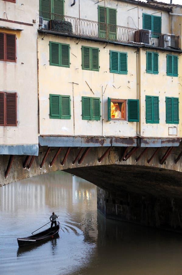 Pontevechio en een boot royalty-vrije stock fotografie