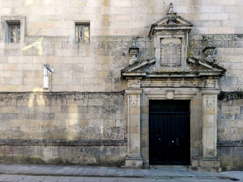 Pontevedra, Espanha; 09/08/2018: Fachada cinzenta antiquado Fachada da pedra de construção imagens de stock