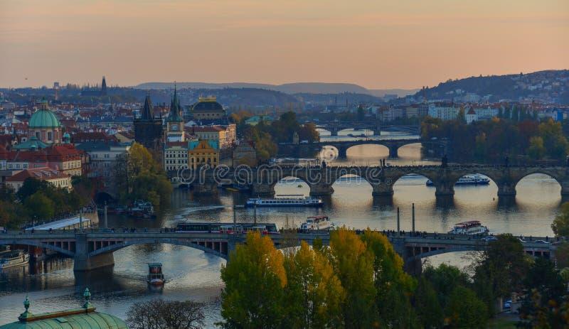 Ponti di Praga sopra il fiume della Moldava immagini stock libere da diritti