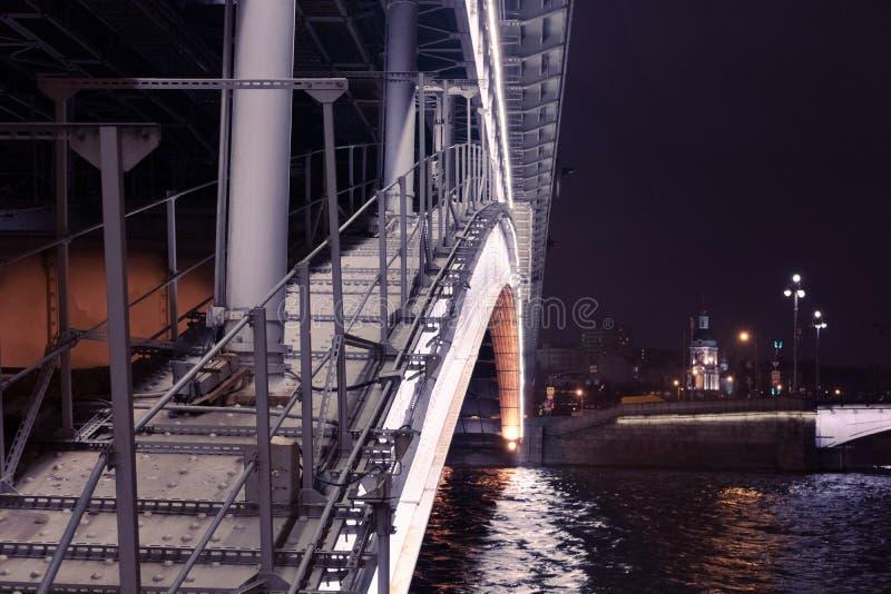 Ponti di una città di notte immagini stock libere da diritti