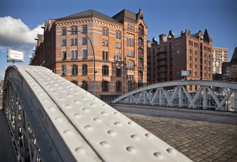 Ponti e casa di Speicherstadt Amburgo Germania il giorno soleggiato immagine stock libera da diritti