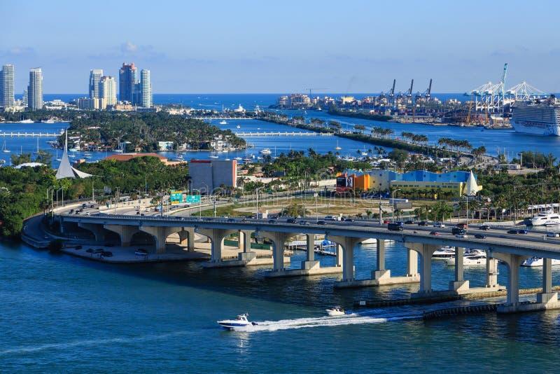 Ponti e costruzione di barche nella baia di Biscayne fotografia stock libera da diritti