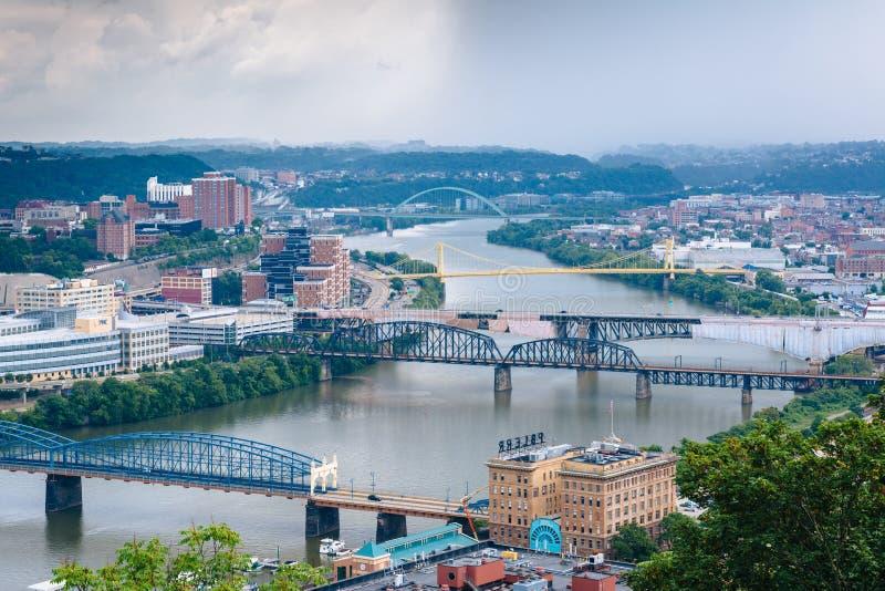 Ponti sopra il fiume di Monongahela, a Pittsburgh, la Pensilvania fotografia stock libera da diritti