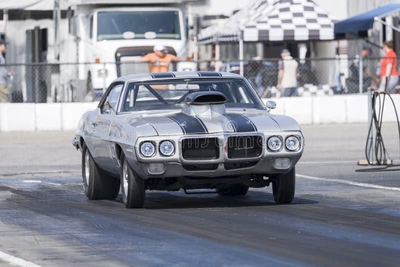 Pontiac Firebird an der Anfangszeile stockbild