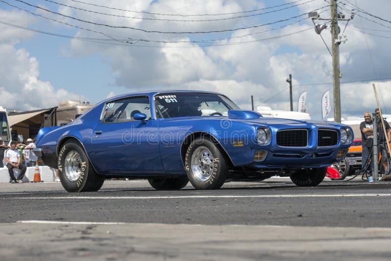 Pontiac Firebird en la pista fotos de archivo libres de regalías