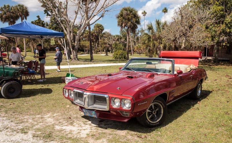 Pontiac Firebird rosso 1967 alla decima manifestazione classica annuale del mestiere e dell'automobile fotografie stock