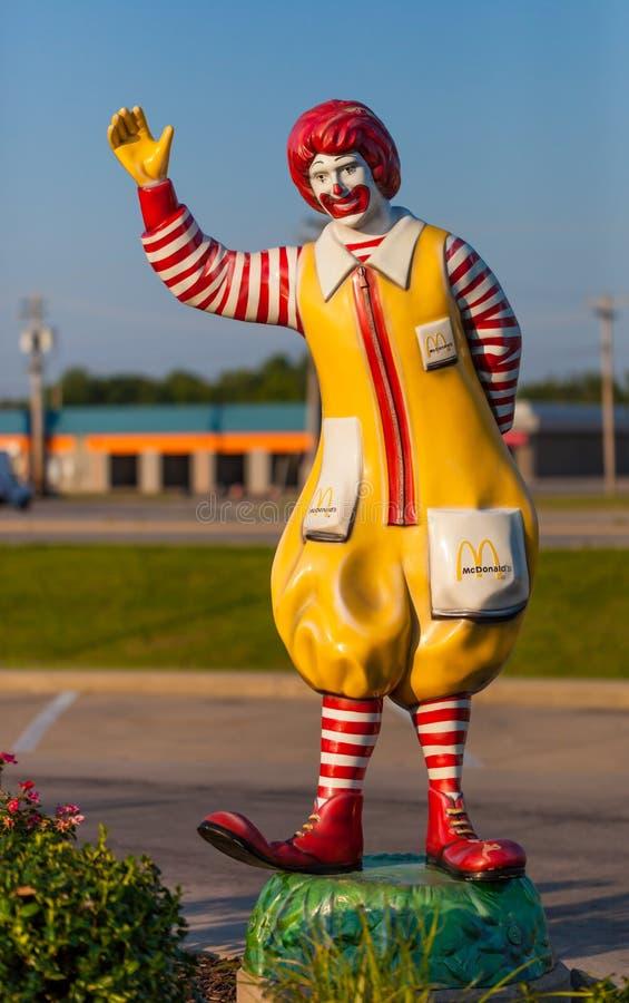 PONTIAC, ILLINOIS - 9. Juli 2018 - Ronald McDonald-Clownstatuengruß-Antrieb durch Kunden im Restaurant in Pontica, Illino lizenzfreie stockbilder