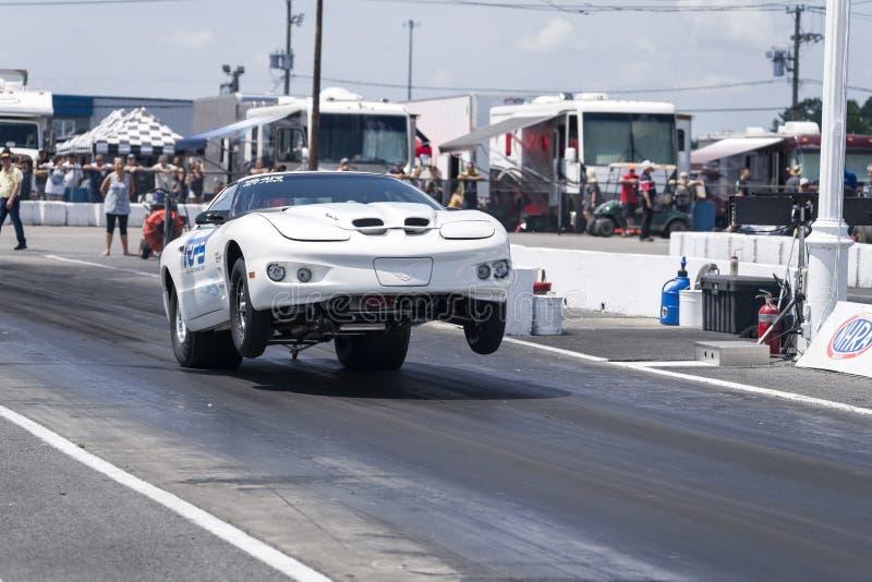 Pontiac-Transport stellen einen Wheelie auf der Rennstrecke an der Anfangszeile her stockfoto