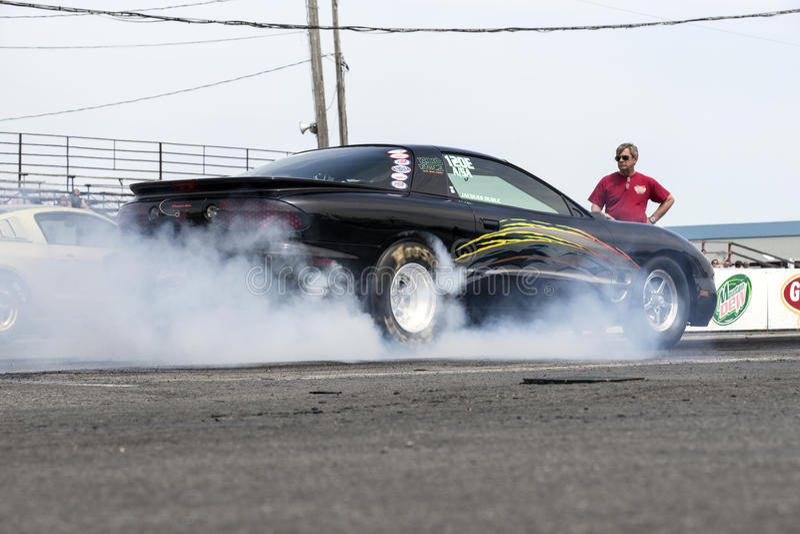 Pontiac włóczydła samochód robi dymnemu przedstawieniu obrazy stock