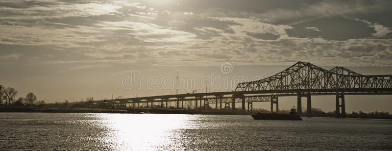 Ponticelli gemellare sopra il fiume Mississippi, New Orleans fotografia stock libera da diritti