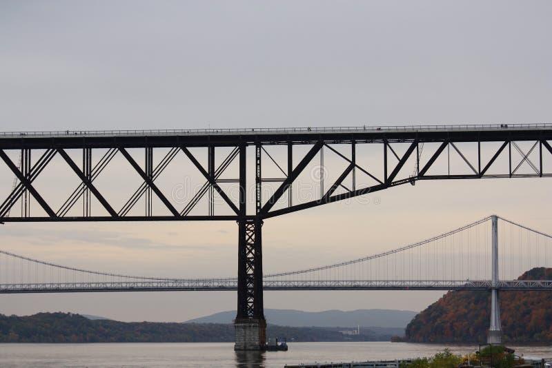 Ponticelli sopra il fiume di Hudson immagini stock