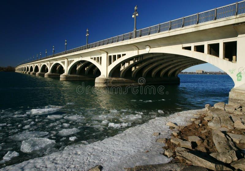 Ponticello attraverso il fiume di Detroit immagini stock libere da diritti