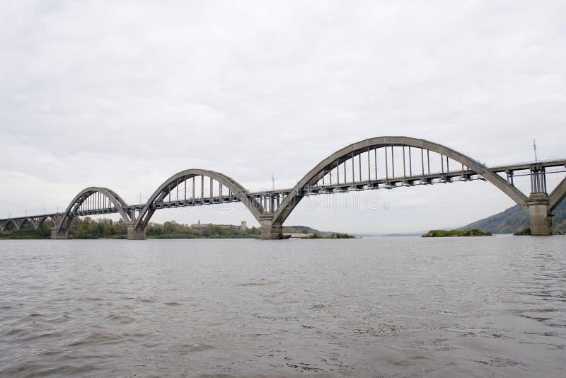 Ponticello attraverso il fiume di Oka fotografia stock