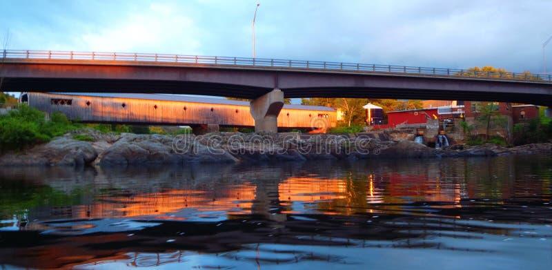 Ponticello coperto al tramonto fotografia stock