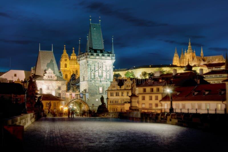 Ponticello del Charles & Hradcany, Praga, entro la notte fotografie stock libere da diritti