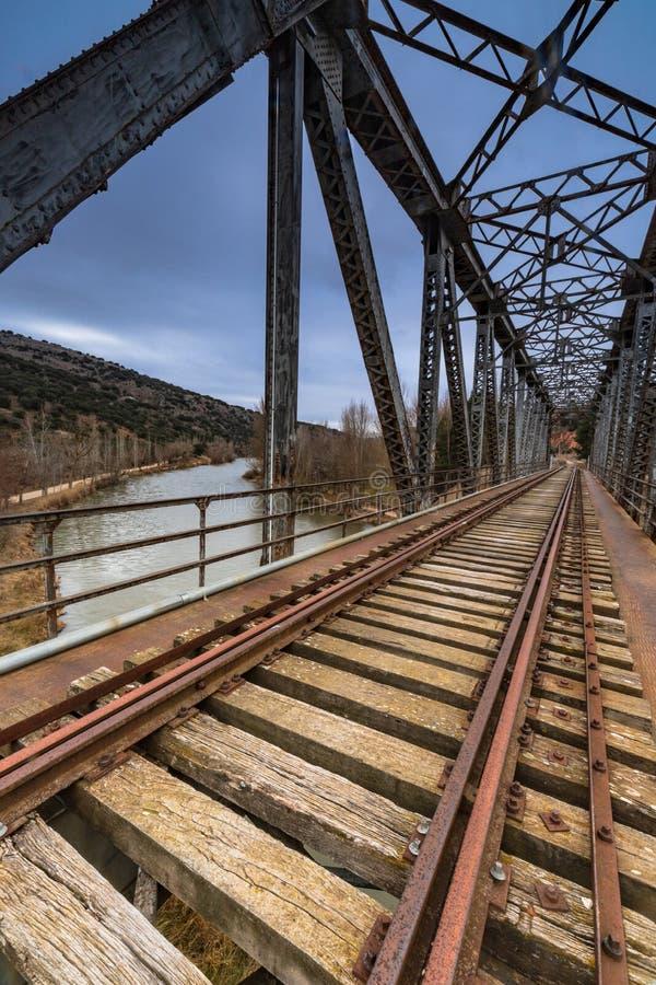 Ponticello del ferro sopra il fiume fotografie stock