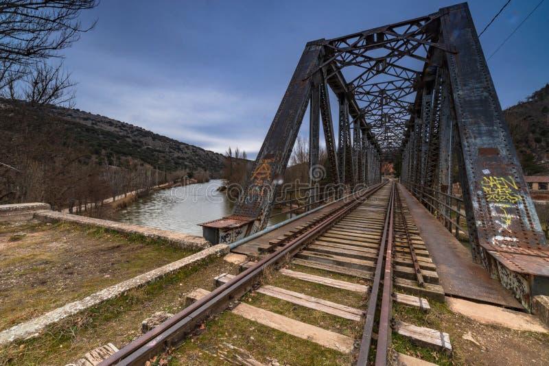 Ponticello del ferro sopra il fiume immagini stock libere da diritti