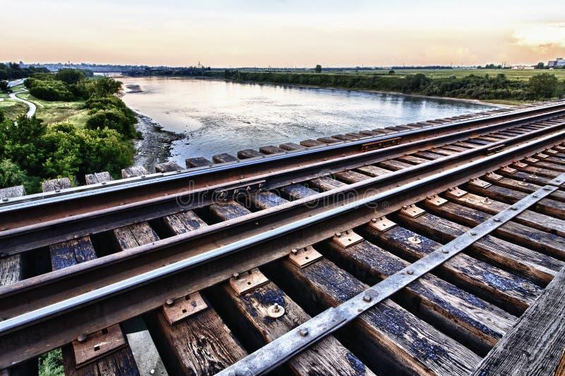 Ponticello del treno alto sopra il fiume qui sotto fotografia stock
