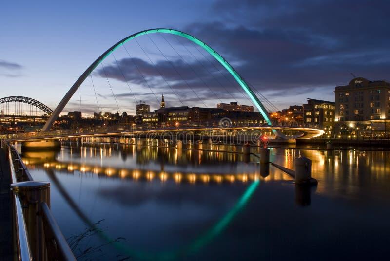 Ponticello dell'occhio di millennio di Newcastle al tramonto fotografia stock