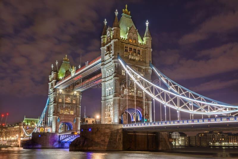 Ponticello della torretta di Londra alla notte immagini stock libere da diritti