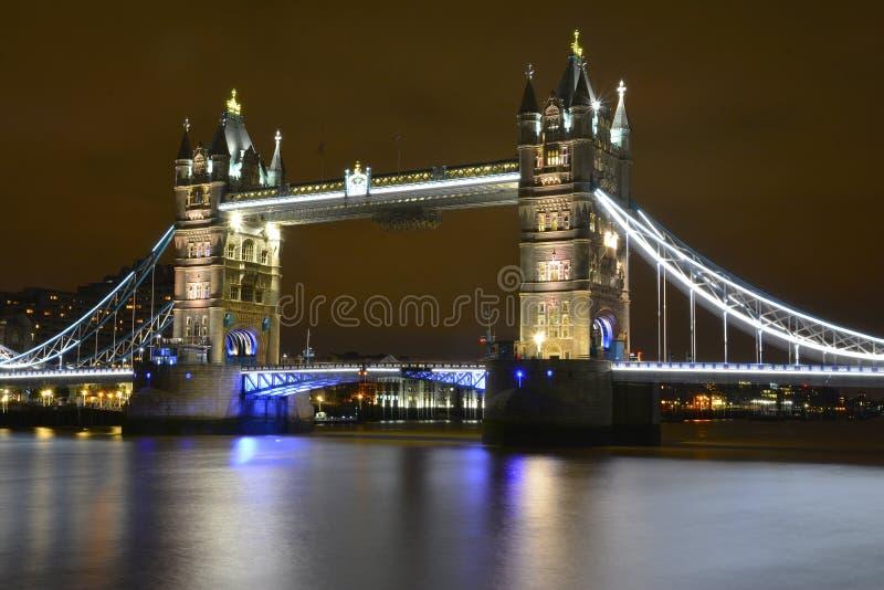 Ponticello della torretta di Londra alla notte fotografie stock libere da diritti