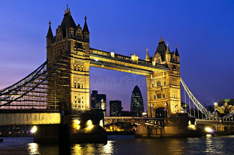 Ponticello della torretta a Londra alla notte immagini stock libere da diritti