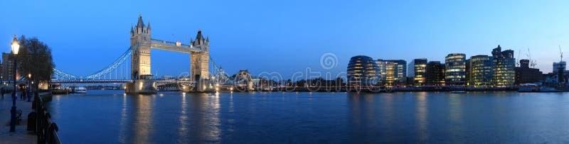 Ponticello della torretta, Londra alla notte fotografia stock