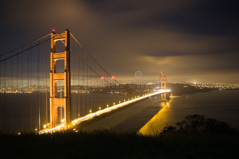 Ponticello di cancello dorato alla notte 2 immagini stock libere da diritti