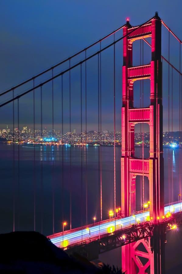 Ponticello di cancello dorato alla notte fotografie stock