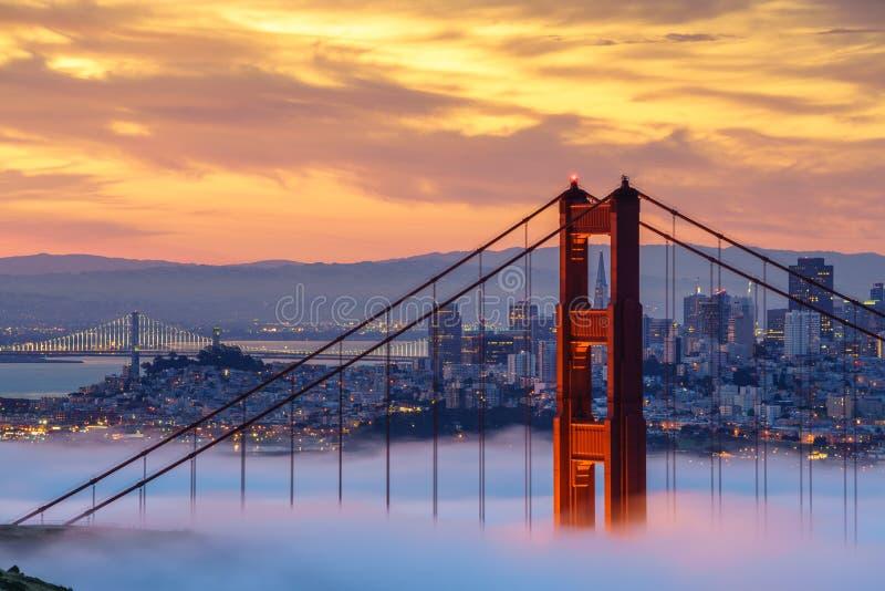 Ponticello di cancello dorato in nebbia fotografie stock libere da diritti