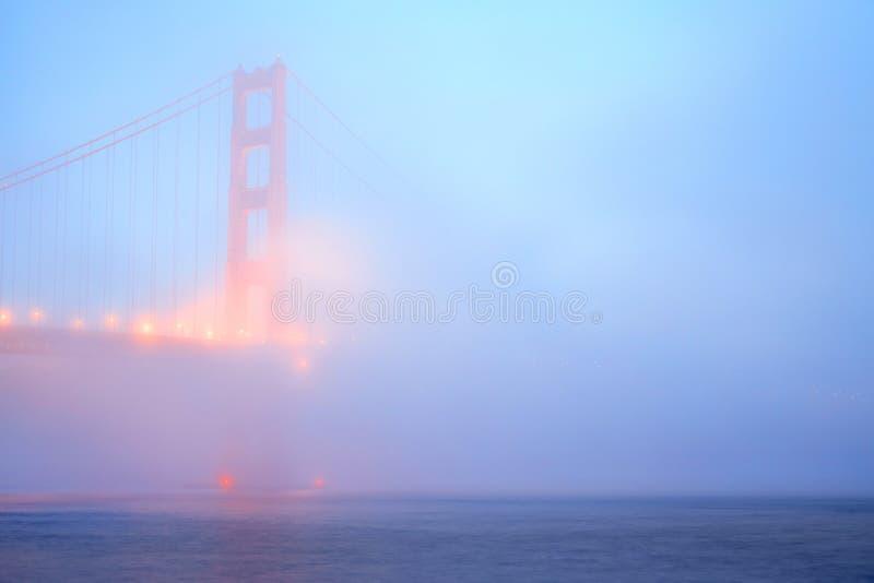 Ponticello di cancello dorato nella nebbia fotografie stock libere da diritti
