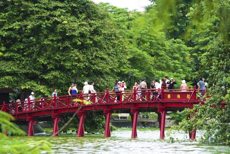 Ponticello di Huc sopra il lago Hoan Kiem immagini stock libere da diritti