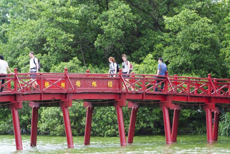 Ponticello di Huc sopra il lago Hoan Kiem immagine stock
