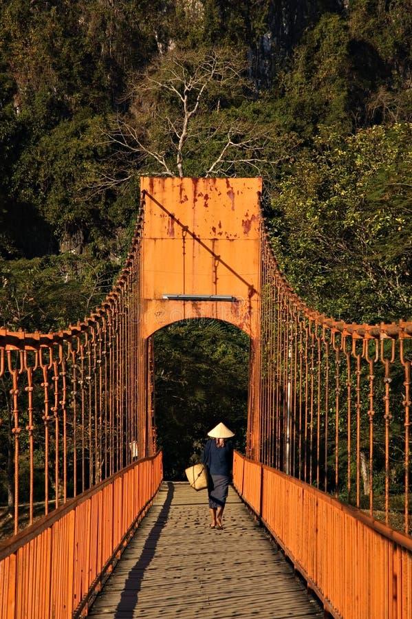 Ponticello di incrocio del coltivatore in Vang Vieng nel Laos fotografia stock