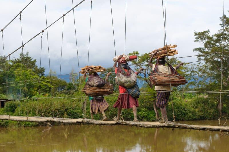 Ponticello di incrocio delle donne di Papuan, Wamena, Papuasia fotografia stock