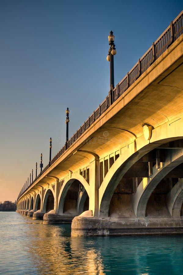 Ponticello di MacArthur (isola della reginetta) al tramonto a Detroit fotografia stock libera da diritti