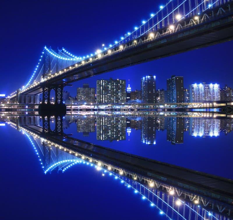 Ponticello di Manhattan alla notte immagini stock