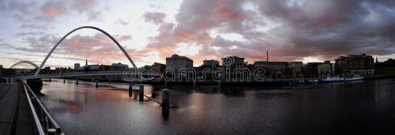 Ponticello di millennio di Gateshead e banchina di Newcastle fotografia stock