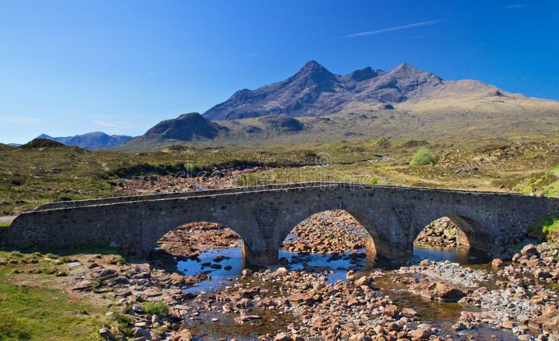 Ponticello di pietra sopra un piccolo fiume, isola di Skye fotografia stock