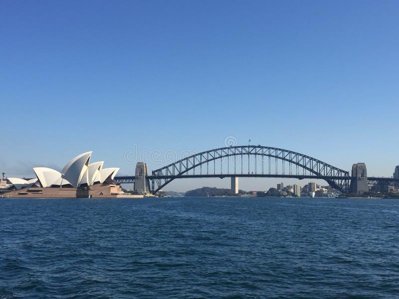 Ponticello di porto di Sydney e Teatro dell'Opera di Sydney fotografia stock libera da diritti