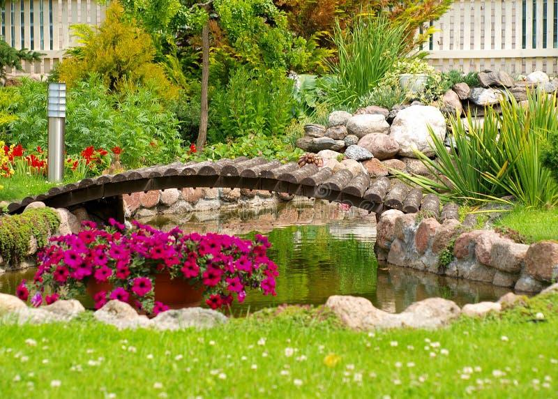Ponticello incurvato giardino fotografia stock libera da diritti
